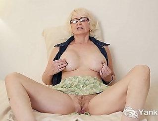 Babe masturbating mature pussy