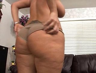 Fine chick goes solo with his new dildo